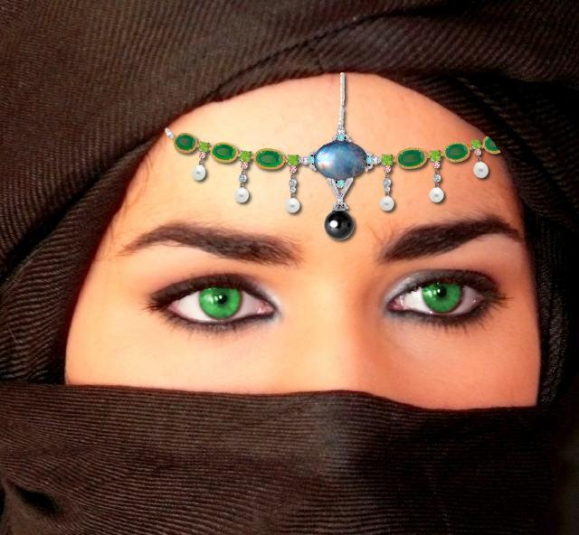 montaje tocado de esmeraldas y perlas de Amina