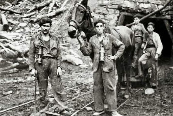 Mineros junto a una mula